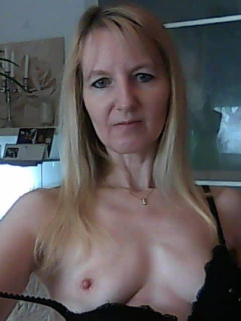 Nena112 - Eine schlanke rasierte Muschi